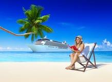 Concetto di rilassamento di festa della spiaggia di estate della donna fotografia stock