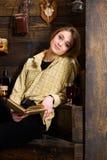 Concetto di rilassamento Studentessa che si rilassa con il libro ed il vetro di vin brulé La ragazza in attrezzatura casuale si s Immagine Stock Libera da Diritti