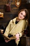 Concetto di rilassamento Studentessa che si rilassa con il libro ed il vetro di vin brulé Signora sul fronte sorridente in vestit Fotografia Stock