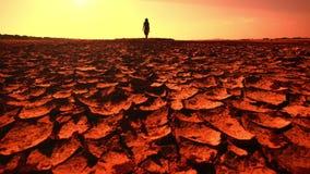 Concetto di riscaldamento globale Giovane donna che cammina attraverso il deserto stock footage