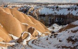 Concetto di riscaldamento globale Il Marocco, alte montagne di atlante Picco coperto da neve e dalle dune di sabbia in Sahara Des Fotografie Stock Libere da Diritti