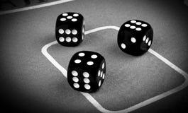 concetto di rischio - giocare i dadi su una tavola di gioco verde Giocando con i dadi Rotoli rossi dei dadi del casinò Rotolament Immagini Stock