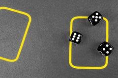 concetto di rischio - giocare i dadi su una tavola di gioco verde Giocando con i dadi Rotoli rossi dei dadi del casinò Rotolament Fotografie Stock