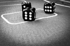 concetto di rischio - giocare i dadi su una tavola di gioco verde Giocando un concetto del grisk - giocare i dadi su una tavola d Fotografia Stock
