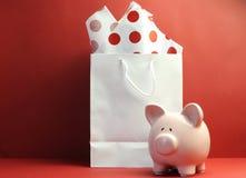 Concetto di risparmio con la borsa di acquisto bianca, carta velina rossa del punto di Polka Immagine Stock
