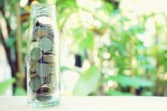 Concetto di risparmio dei soldi, raccolta di baht della Tailandia in bottiglia di vetro Immagine Stock Libera da Diritti