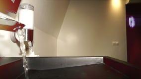 Concetto di risparmio dell'acqua Scorrimenti dell'acqua da un rubinetto del bagno dell'acciaio al cromo Vicino su, lento zummi video d archivio