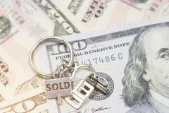 Concetto di risparmio I portachiavi a anello si trovano sui soldi Fotografia Stock Libera da Diritti