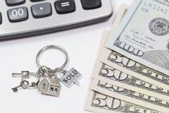 Concetto di risparmio I portachiavi a anello si trovano sui soldi Immagine Stock