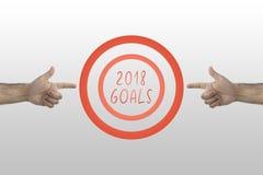 Concetto di risultato e di scopi Due mani che indicano per mirare a 2018 scopi fotografia stock libera da diritti