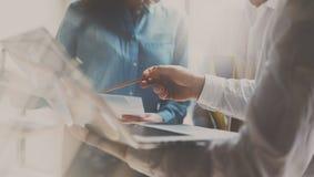 Concetto di riunione d'affari Gruppo dei colleghe che lavora nuovo progetto startup Analizzi i business plan, computer portatile  fotografia stock libera da diritti