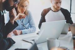 Concetto di riunione d'affari I colleghe team il lavoro con il computer mobile all'ufficio moderno Analizzi i business plan, usan fotografia stock libera da diritti