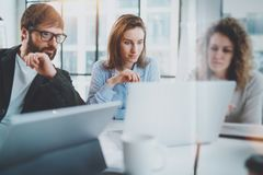 Concetto di riunione d'affari I colleghe team il lavoro con il computer mobile all'ufficio moderno Priorità bassa vaga orizzontal fotografia stock libera da diritti