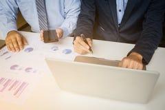 Concetto di riunione del gruppo di analisi di vendita Giovane squadra dell'uomo d'affari immagine stock