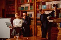 Concetto di riunione Gli studenti universitari hanno riunione importante in biblioteca Gruppo di persone nella sala riunioni Gran immagini stock