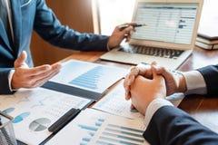 Concetto di riunione di societ? di lavoro di squadra, soci commerciali che lavorano con il computer portatile che analizza insiem immagine stock