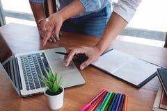 Concetto di riunione di societ? di lavoro di squadra, soci commerciali che lavorano con il computer portatile che analizza insiem immagini stock