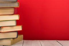 concetto di saggezza e di istruzione - libri sulla tavola di legno, fondo di colore Fotografie Stock Libere da Diritti
