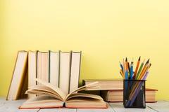 concetto di saggezza e di istruzione - libro aperto sulla tavola di legno, fondo di colore Immagini Stock Libere da Diritti