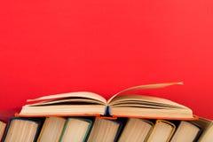 concetto di saggezza e di istruzione - libro aperto sulla tavola di legno, fondo di colore Fotografia Stock Libera da Diritti