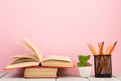 concetto di saggezza e di istruzione - libro aperto sulla tavola di legno, fondo di colore Fotografie Stock Libere da Diritti