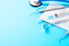 concetto di salute e di igiene dentale Strumenti del dentista o esploratore dentario degli strumenti, sonda, specchio dentario, s fotografie stock