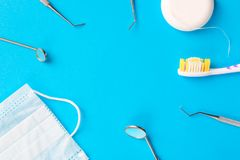 concetto di salute e di igiene dentale Strumenti del dentista o esploratori dentari degli strumenti, specchi dentari, spazzolino  fotografie stock