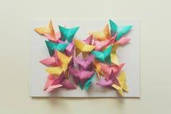 Concetto di salute mentale Farfalle di carta variopinte che si siedono sul libro nella forma della farfalla Emozione di armonia fotografia stock