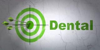 Concetto di salute: obiettivo e dentario sul fondo della parete Immagini Stock