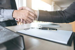 Concetto di saluto e di riunione, stretta di mano sicura a di affari due immagine stock