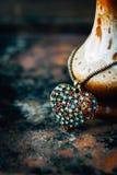 Concetto di San Valentino - pendente dei gioielli del cuore su fondo nero Fotografia Stock