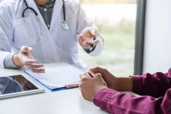 Concetto di sanità e della medicina, il professor Doctor che presenta con riferimento a Fotografie Stock Libere da Diritti