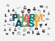 Concetto di sanità: Farmacista sul fondo della parete Immagini Stock Libere da Diritti