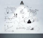 Concetto di schema di affari sulla parete bianca con la lampada e di legno nero Fotografia Stock Libera da Diritti
