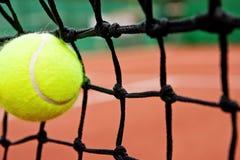 Concetto di sconfitta di guasto - sfera di tennis nella rete Immagine Stock Libera da Diritti