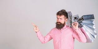 Concetto di sconto e di vendita L'acquisto del tipo sulle vendite condisce, indicando con il dito Pantaloni a vita bassa sul fron fotografia stock
