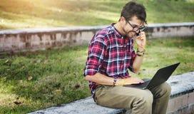 Concetto di seduta di Phonecall del parco dell'uomo Fotografie Stock Libere da Diritti