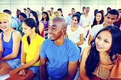 Concetto di seduta multicolore casuale del pubblico della folla della gente del gruppo fotografie stock libere da diritti