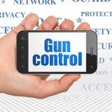 Concetto di segretezza: Mano che tiene Smartphone con controllo delle armi su esposizione Fotografia Stock