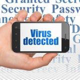 Concetto di segretezza: Passi la tenuta dello Smartphone con il virus individuato su esposizione Immagine Stock