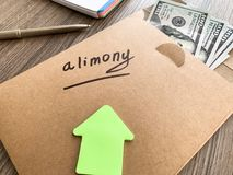 Concetto di separazione e di divorzio Assegno alimentare scritto su una busta con i dollari immagine stock libera da diritti