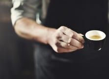 Concetto di Serving Coffee Professional del cameriere fotografia stock libera da diritti