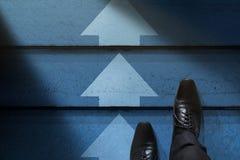 Concetto di sfida, di strategia e di direzione Uomo d'affari con per Fotografia Stock