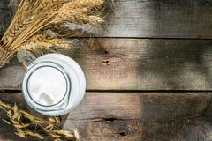 Concetto di Shavout - grani, latte e formaggio su fondo di legno fotografia stock libera da diritti