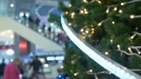 Concetto di shopping di festa Offuschi il corridoio nel centro commerciale con le decorazioni di Natale 4K video d archivio
