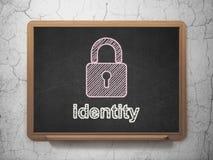 Concetto di sicurezza: Lucchetto chiuso ed identità sul fondo della lavagna Fotografie Stock