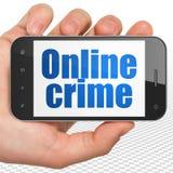 Concetto di sicurezza: Passi la tenuta dello Smartphone con il crimine online su esposizione Immagini Stock