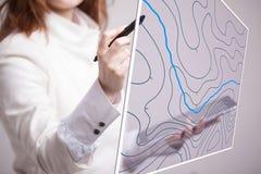 Concetto di sistemi informativi geografici, scienziato della donna che lavora con l'interfaccia futuristica di GIS su uno schermo Fotografie Stock Libere da Diritti
