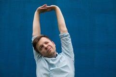 Concetto di soddisfazione e di allungamento dell'uomo delle mani Fotografia Stock