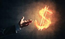 Concetto di soldi che fa con il simbolo di fuoco di valuta del dollaro sul buio Immagine Stock